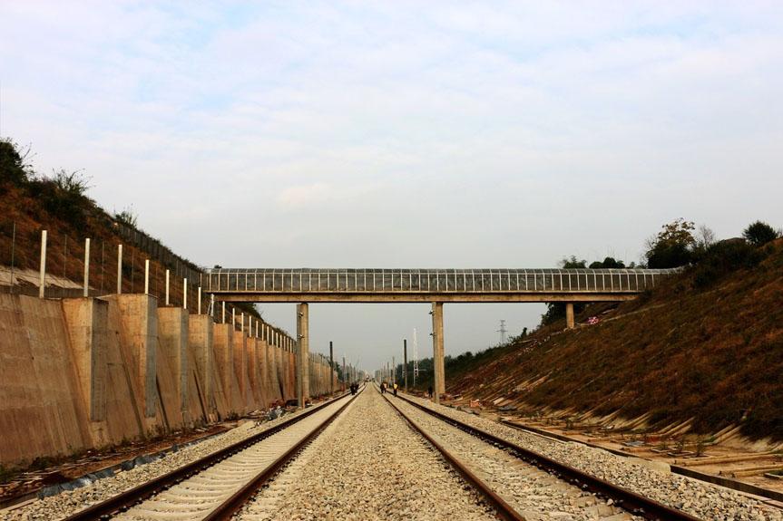 渝万铁路昨日全线铺通 10月将正式建成通车
